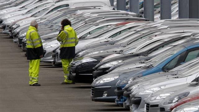 Le gouvernement français sera vigilant sur les conséquences sur l'emploi si le constructeur français PSA Peugeot Citroën noue une alliance avec l'américain General Motors, selon le ministre du Travail Xavier Bertrand. /Photo d'archives/REUTERS/Vincent Kes
