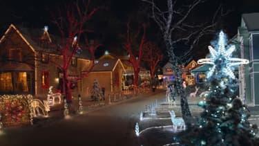 Cette année, Orange montre deux voisins s'affronter sur la décoration de Noël très high-tech de leurs maisons.