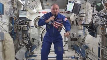 Scott Kelly (en photo) a décollé vendredi pour un an dans la Station spatiale internationale. Des scientifiques vont analyser la façon dont son corps évolue avec celle de son jumeau Mark, lui aussi astronaute mais resté sur Terre.