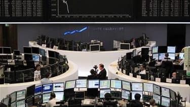 A la Bourse de Francfort. La crise de la dette grecque éclipse tout le reste sur les marchés financiers, entraînant un nouveau recul des actions et tirant l'euro à des niveaux auxquels il n'était plus tombé depuis un an face au dollar. Les investisseurs c