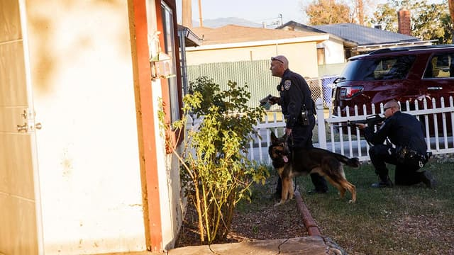 Des officier de police traquent les suspects de la tuerie de San Bernardino le 2 décembre. Les suspects seront abattus à l'issue d'une longue fusillade.