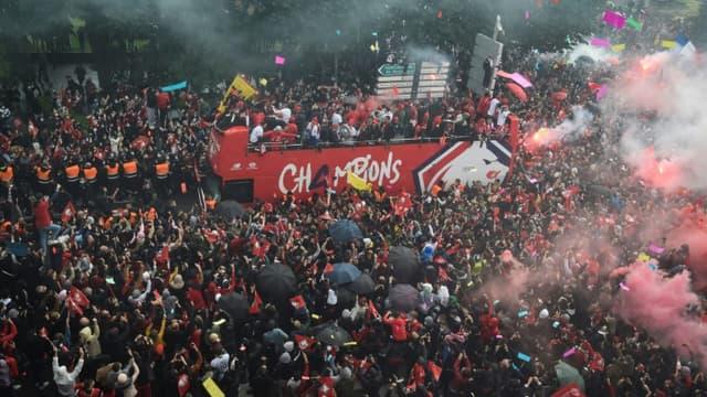 Les joueurs du LOSC défilent dans les rues de Lille à bord d'un bus à impériale pour fêter avec leurs supporters le titre de champions de France, le 24 mai 2021