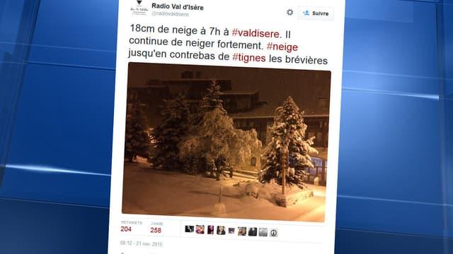 """""""18 cm de neige à 7h à Val d'Isère, il continue de neiger fortement"""", écrit Radio Val d'Isère sur son compte twitter ce samedi."""