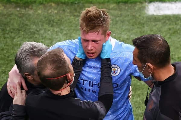 Le milieu de terrain belge de Manchester City, Kevin De Bruyne, est examiné après s'être blessé, lors de la finale de la Ligue des Champions contre Chelsea, le 29 mai 2021 à Porto