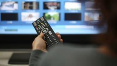 Une personne regardant la télévision (photo d'illustration)