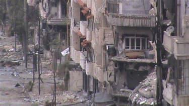 Bâtiments en ruines dans une rue de Homs, en Syrie, où les combats s'intensifient alors que la diplomatie est dans l'impasse. La France ne ménage pas ses efforts pour rechercher une solution politique à la crise syrienne mais le conflit s'enlise et les op