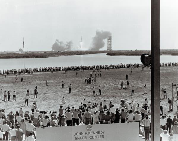 Des milliers de personnes regardent le décollage d'Apollo 11 près des plages et routes aux abords du Kennedy Space Center, le 16 juillet 1969.