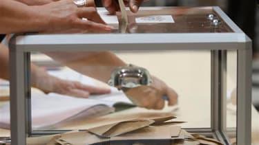 Le gouvernement veut modifier le mode de scrutin des conseillers généraux, ces élus qui siègent aux assemblées départementales, afin d'insuffler plus de parité et de représentativité. /Photo d'archives/REUTERS/Jean-Paul Pélissier