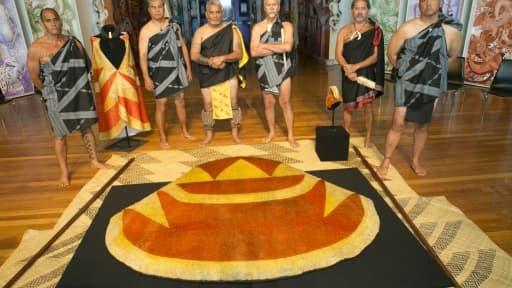 Photo prise le 11 mars 2016 et fournie par le musée national néo-zélandais Te Papa à Wellington montrant une cape ('ahu 'ula) et un couvre-chef (mahiole) en plumes offerts au Capitaine Cook en 1779