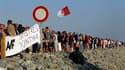 """Un millier de sinistrés de la tempête Xynthia et de touristes ont formé jeudi soir une chaîne humaine de 1.500 mètres de long à La Faute-sur-Mer, en Vendée, pour réclamer aux pouvoirs publics """"une digue digne de ce nom"""" à l'approche des grandes marées d'é"""