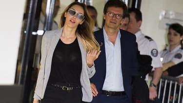 Nabilla Benattia au côté de son avocat lors de son arrivée au tribunal de Nanterre le 19 mai 2016