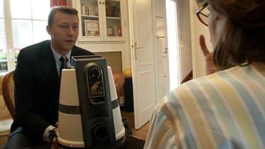 Dominique Vautrin le président France de Delphin se déplace parfois à domicile pour démontrer l'efficacité de son aspirateur. C'est l'eau qui capture la poussière et lui permet de purifier l'air.