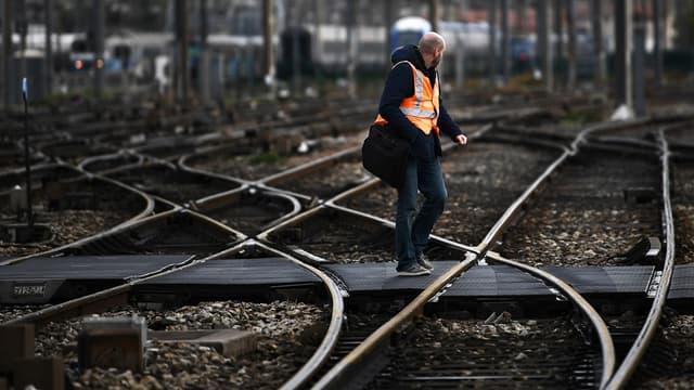 Outre la CGT-Cheminots, l'Unsa ferroviaire (2e syndicat à la SNCF) et SUD-Rail (3e syndicat), FO-Cheminots (5e, non représentatif) a aussi appelé à une grève reconductible à partir du 5 décembre. Manquait à l'appel la CFDT-Cheminots, jusqu'à présent