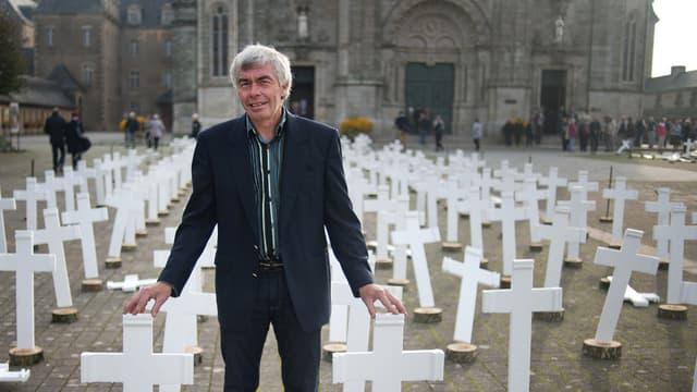 Jacques Jeffredo pose à côté de quelque 600 croix en mémoire des agriculteurs suicidés, le 11 octobre 2015 à Sainte-Anne-d'Auray, dans le Morbihan.