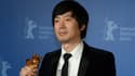 """Diao Yinan brandit son ours d'or pour son film """"Black coal, thin ice""""."""