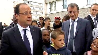 François Hollande parmi des habitants du quartier des Mureaux mardi 30 avril