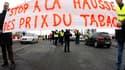 """Des buralistes français ont bloqué le pont de l'Europe reliant Strasbourg à l'Allemagne (photo) et organisé des opérations """"escargot"""" dans le Sud-Ouest pour dénoncer l'augmentation du prix des cigarettes et la menace de libéralisation européenne du transp"""