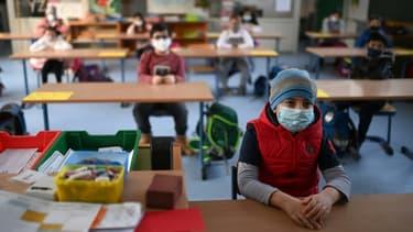Des enfants masqués en classe, à l'école primaire Petri à Dortmund en Allemagne, le 22 février 2021.