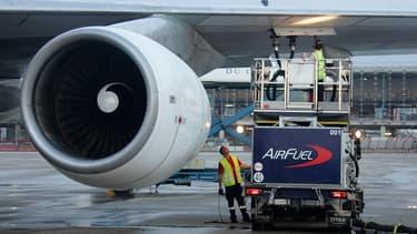 Un Boeing 747 ravitaillé à l'aéroport Roissy-Charles de Gaulle