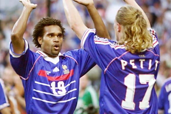 Christian Karembeu (de face) et Emmanuel Petit, deux des trois récupérateurs titulaires chez les Bleus champions du monde en 1998 avec Didier Deschamps