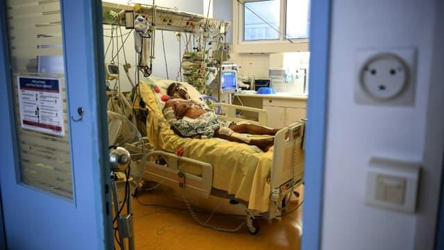 Un patient du service de réanimation de l'hôpital Cochin à Paris le 18 mars 2021