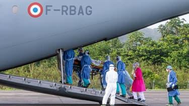 Transfert d'un malade du Covid-19, par avion depuis Matoury, près de Cayenne, vers les Antilles françaises, le 28 juin 2020 (PHOTO D'ILLUSTRATION)