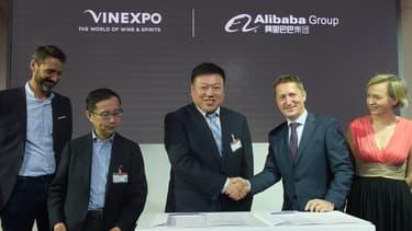 L'accord a été signé entre Guillaume Deglise, directeur général de Vinexpo, et Lei Zhao, CEO de Tmall, sous le regard de Daniel Zhang, CEO d'Alibaba.