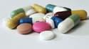 Pilules en vrac figurant de futurs médicaments. (Illustation)