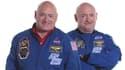 Scott et Mark Kelly, ce dernier arborant une moustache.
