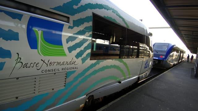 Des trains express régionaux (TER) de la région Basse-Normandie à quai.
