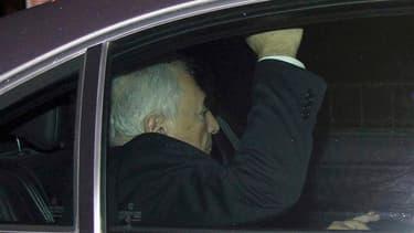 Dominique Strauss-Kahn a été mis en examen lundi soir pour proxénétisme aggravé en bande organisée dans l'affaire du Carlton de Lille et laissé en liberté sous contrôle judiciaire. L'ancien directeur général du FMI devra verser en outre une caution de 100