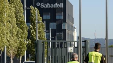 Parmi les entreprises qui ont délocalisé leur siège, on trouve les deux grandes banques catalanes (Banco de Sabadell et CaixaBank).