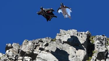 Deux hommes sautent du sommet du Brévent, près de Chamonix, en  wingsuit, le 26 juillet 2014. (Photo d'illustration)