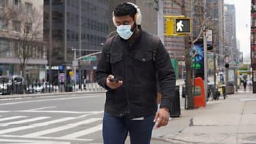 Un passant à New York, en pleine pandémie, le 5 avril 2020.