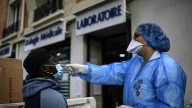 Test PCR pour dépister le Covid-19 devant un laboratoire d'analyses médicales, le 29 août 2020 à Paris