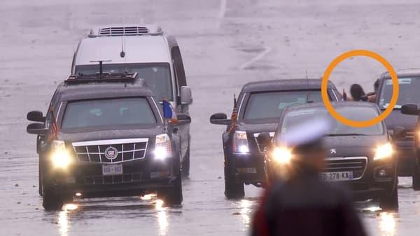 La militante s'est approchée très près du véhicule de Donald Trump