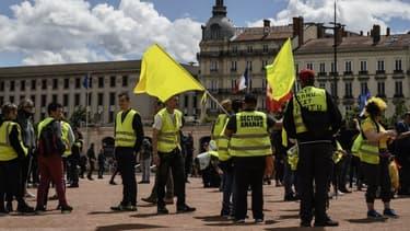 Des gilets jaunes sur la place Bellecour à Lyon -