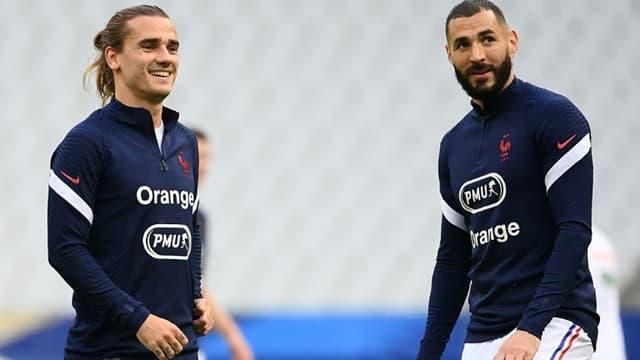 Les attaquants Antoine Griezmann et Karim Benzema, à l'échauffement avant le match amical contre la Bulgarie, le 8 juin 2021 au Stade de France à Saint-Denis, dernier match de préparation avant l'Euro 2020.