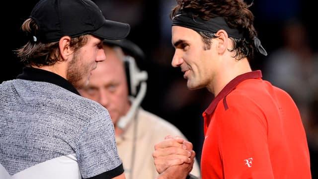 Lucas Pouille salué par Roger Federer