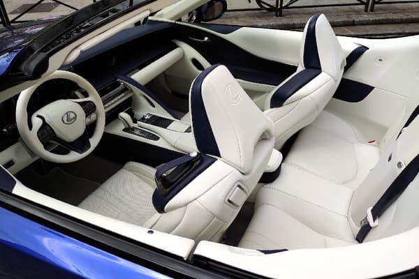 Ce cabriolet se distingue par sa sellerie blanche.