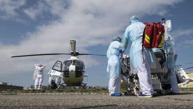 Les soignants en train de transférer un malade de l'hôpital de Mulhouse le 22 mars dernier.