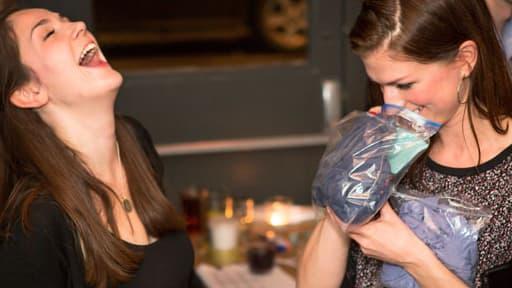 """Des hommes et femmes célibataires se réunissent autour d'une """"phéromone party"""" dans un bar branché de Londres."""