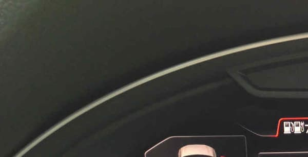 A gauche, le schéma en forme de route indique en orange l'autonomie grâce au moteur thermique. En vert s'afficherait aussi l'autonomie en mode tout électrique, mais notre batterie est déjà vide.