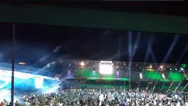 Les membres du projet Rockin'1000 jouant Smells like teen spirit.