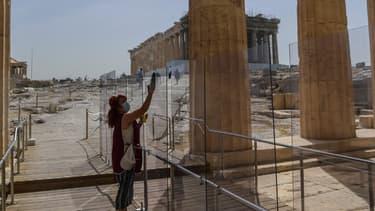 """""""Les arrivées seront en baisse d'au moins 70%"""", a affirmé à la chaîne privée grecque Skai TV  un représentant des hôteliers, Grigoris Tasios, ajoutant qu'au maximum huit à neuf millions de visiteurs étaient attendus cette année."""