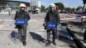 Deux policiers turcs gardent la zone du double attentat du 10 octobre qui a fait au moins 95 morts.