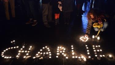 Le 7 janvier 2015, à Strasbourg, des anonymes rendent hommages aux morts de Charlie Hebdo.