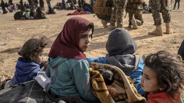 es enfants entourés des Forces armées kurdes à Baghouz, en Syrie, le 5 mars 2019