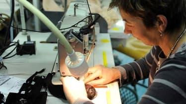 Dans le banlieue de Lyon, à Villeubanne, des ex-salariés de Lajeby vont faire perdurer le savoir-faire français en corseterie.