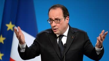 """François Hollande juge que les partenaires sociaux doivent être """"à la hauteur"""" de l'unité nationale"""